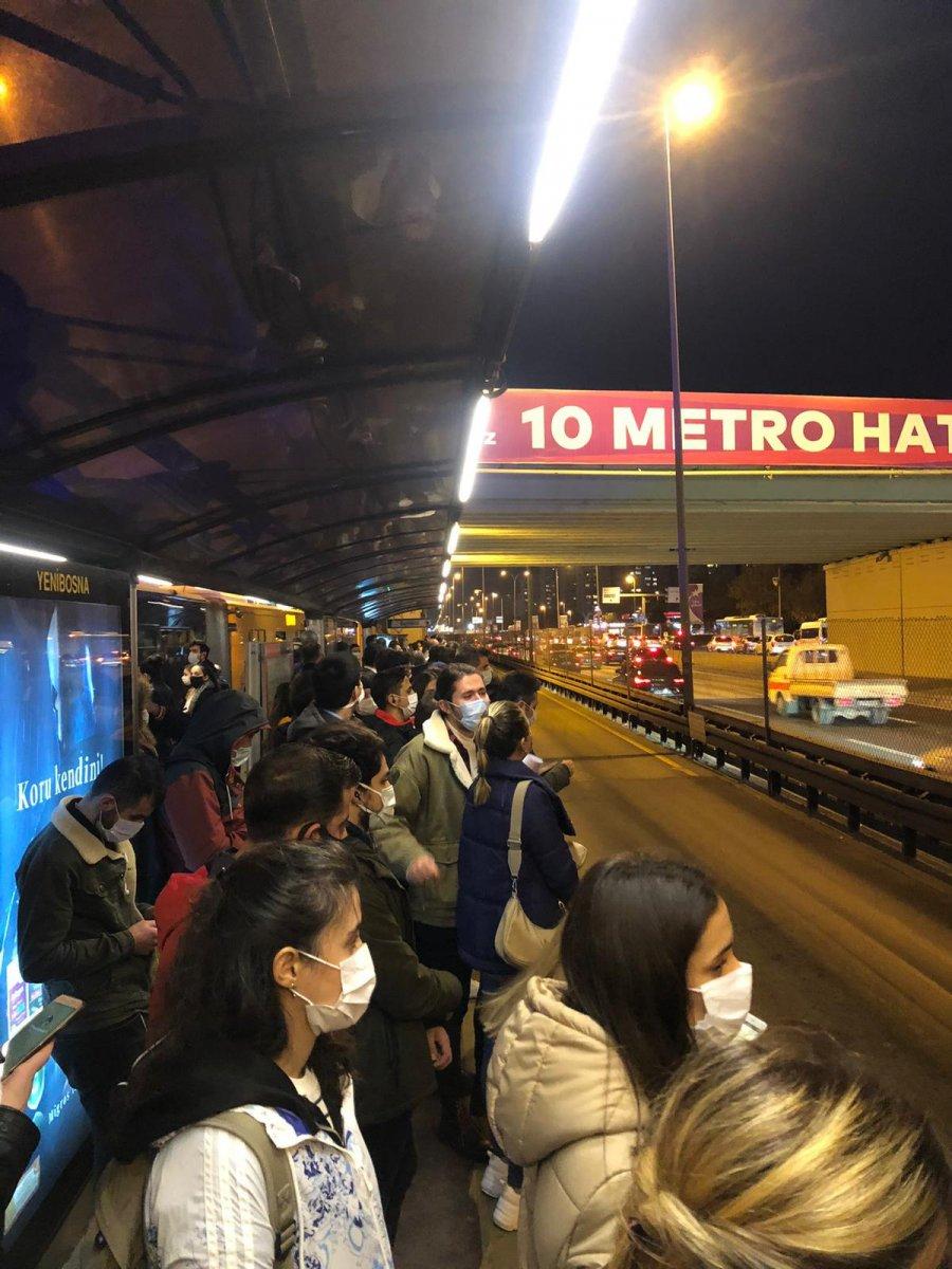 İstanbul da metrobüs duraklarında yoğunluk #1