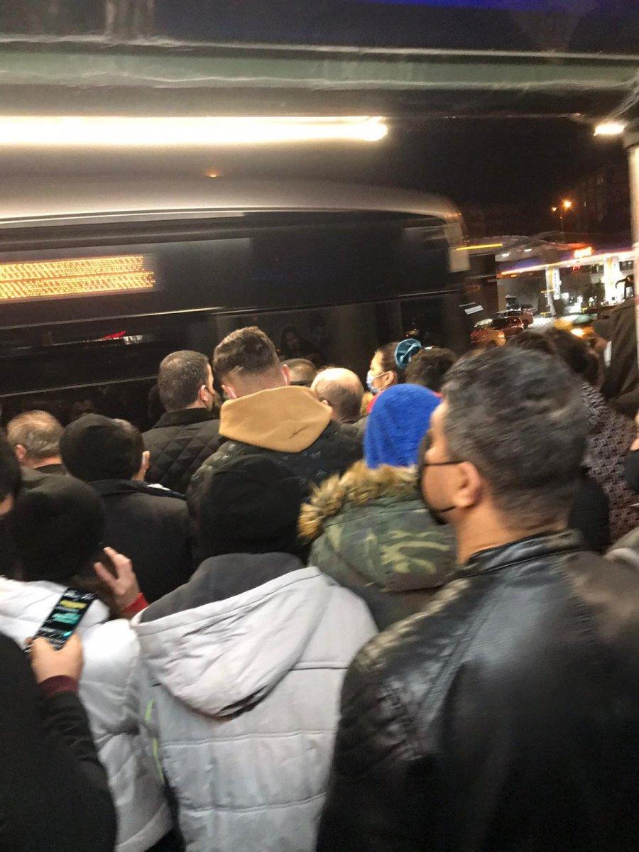 İstanbul da metrobüs duraklarında yoğunluk #3