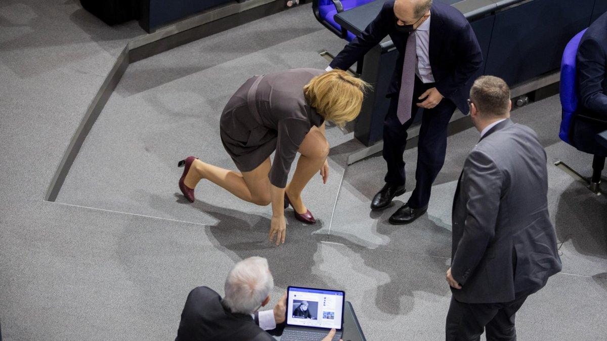 Alman Bakan Julia Klöckner in yere düşme anı kamerada #2