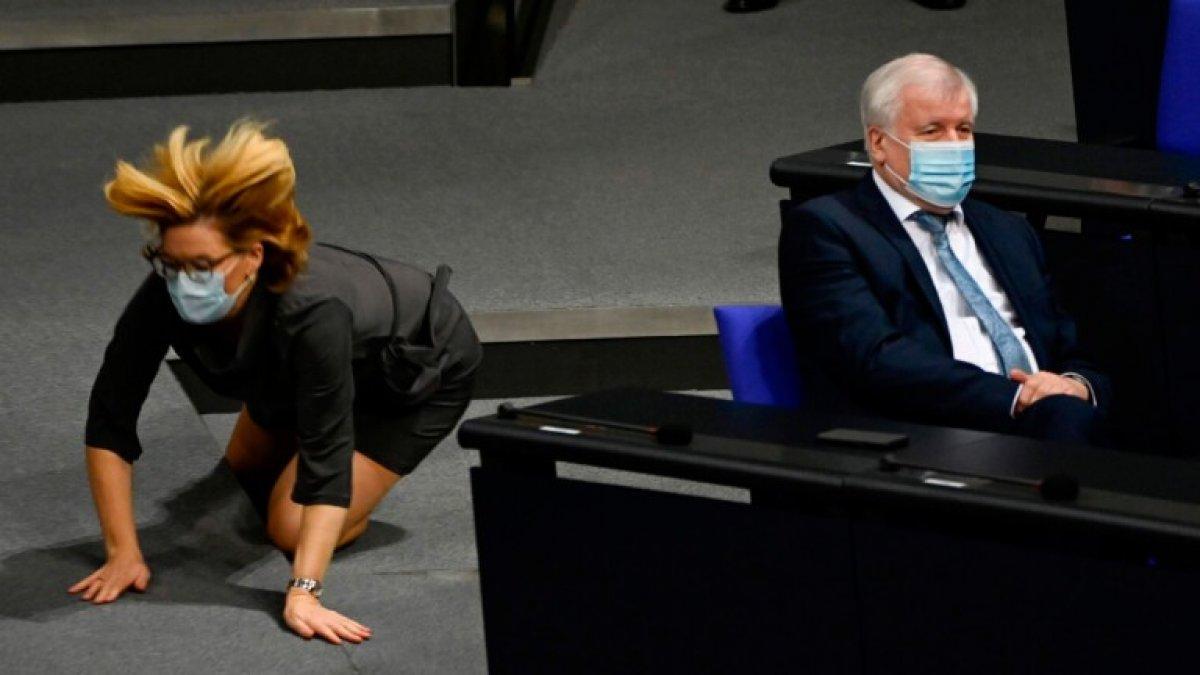 Alman Bakan Julia Klöckner in yere düşme anı kamerada #1