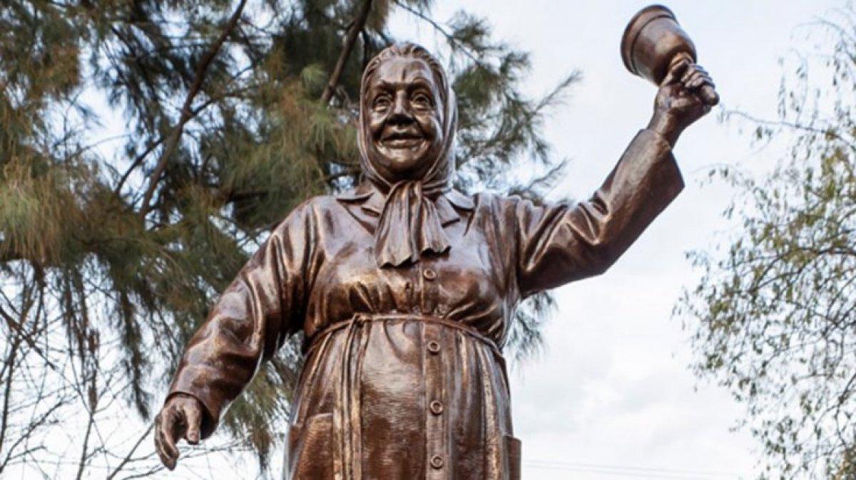 CHP den İzmir e Adile Naşit heykeli #1