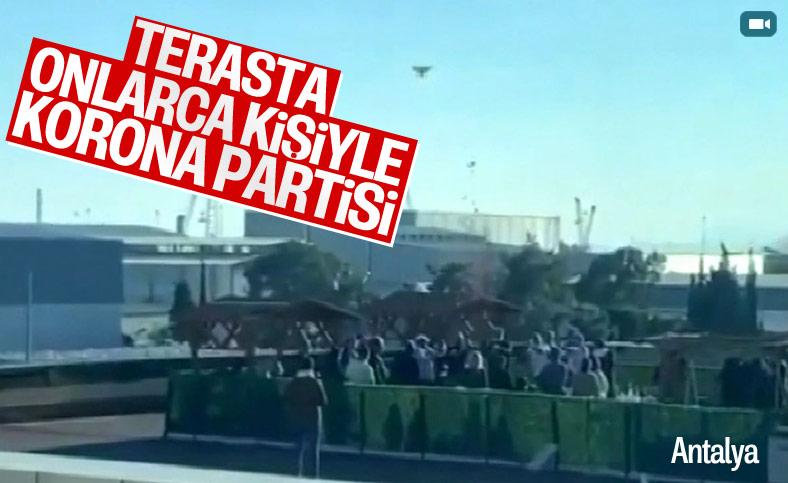 Antalya'da terasta konfetili 'korona' partisi