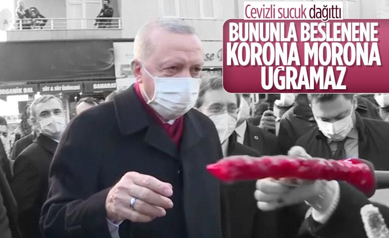 Cumhurbaşkanı Erdoğan, gazetecilere ve vatandaşlara tatlı ikram etti