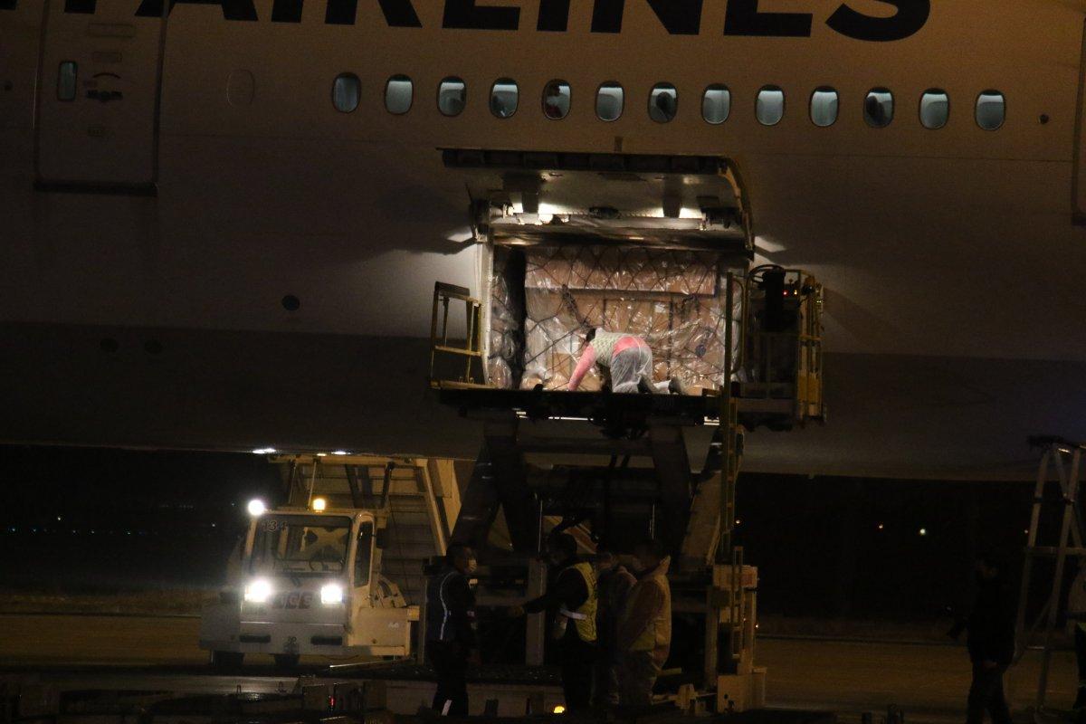 Çin den sipariş edilen koronavirüs aşılarını taşıyan uçak iniş yaptı #3