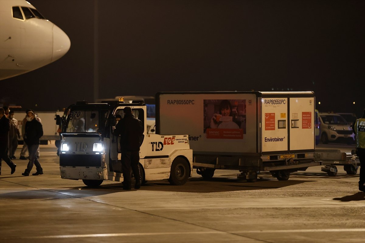 Çin den sipariş edilen koronavirüs aşılarını taşıyan uçak iniş yaptı #5