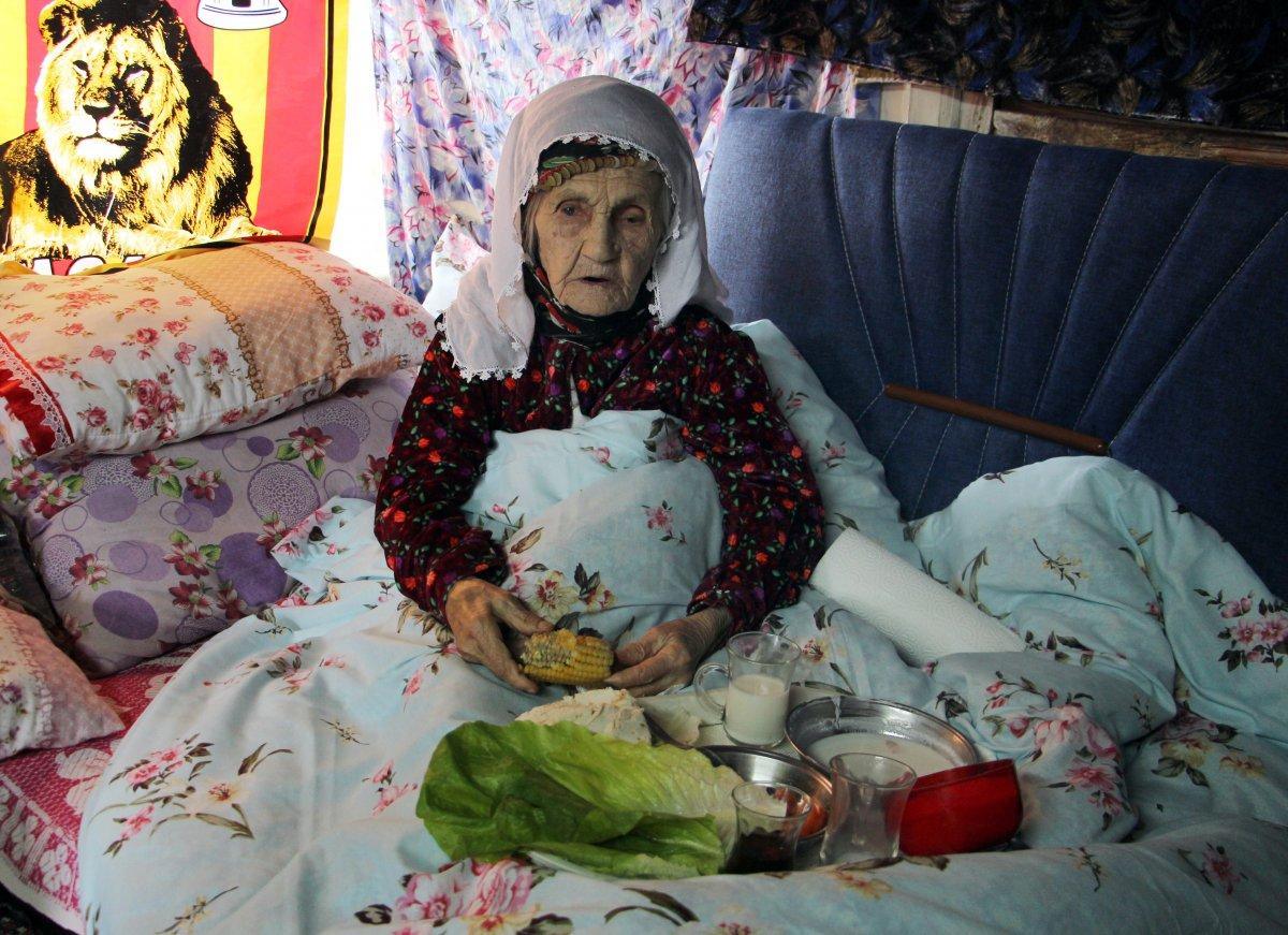 Isparta'da yaşayan 101 yaşındaki Emine Aksoy, koronayı yendi
