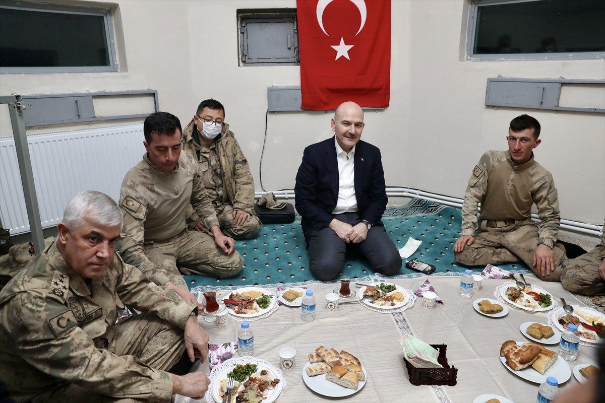 Bakan Soylu nun askerlerle yer sofrası, Cumhuriyet i rahatsız etti #4