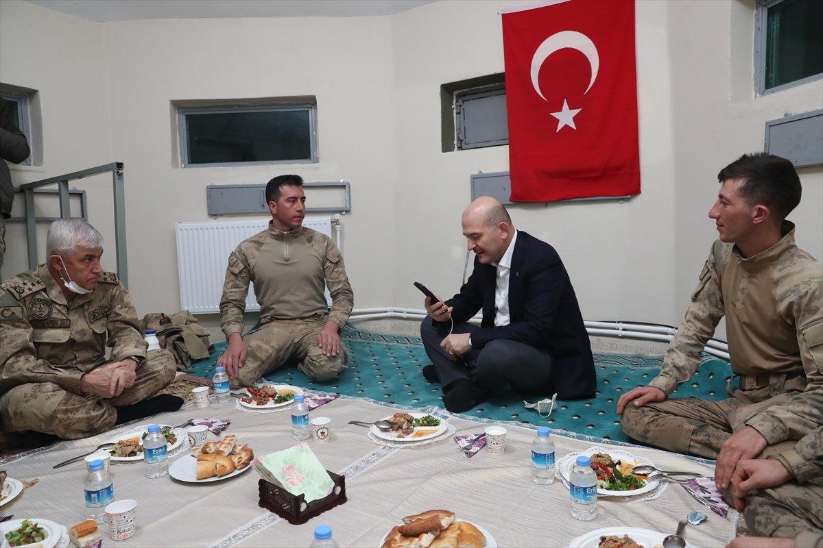 Bakan Soylu nun askerlerle yer sofrası, Cumhuriyet i rahatsız etti #3