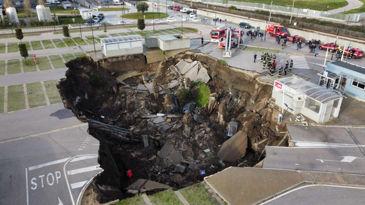 İtalya'da pandemi hastanesinin otoparkı çöktü: 500 metrekare göçük oluştu #4