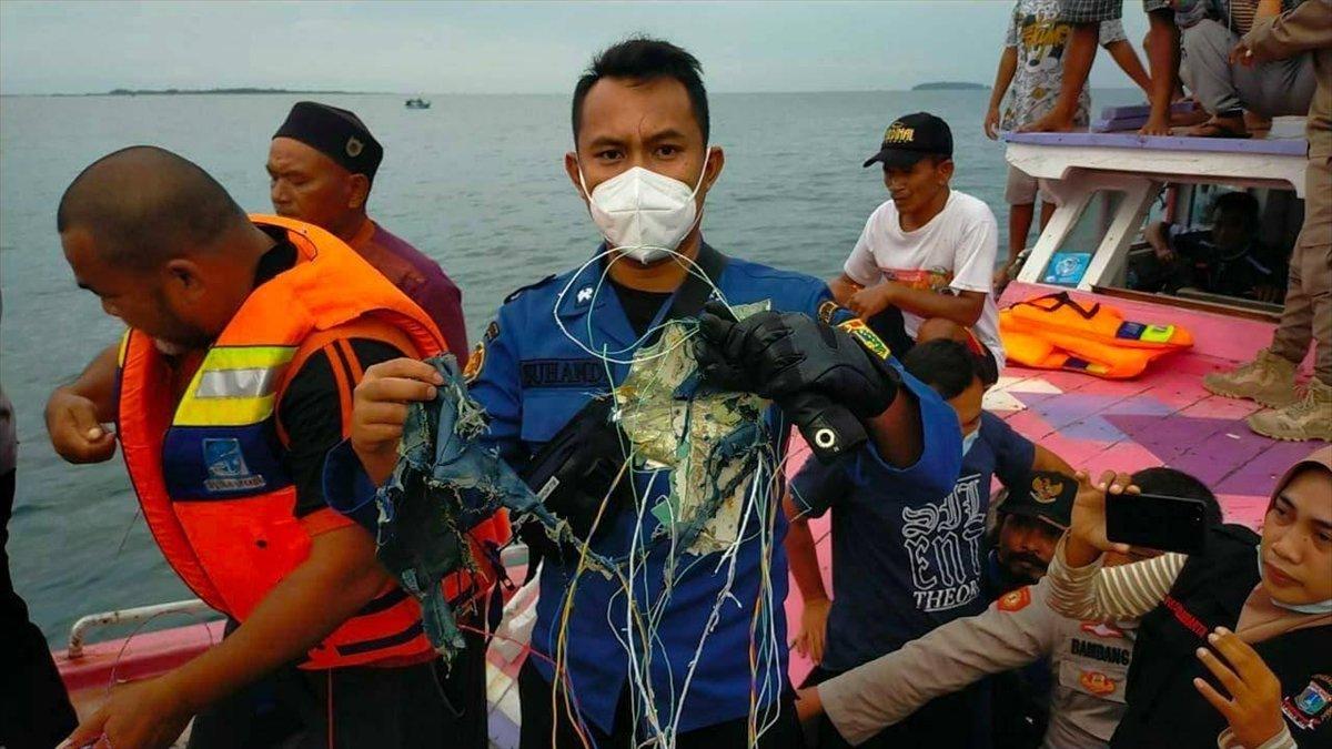 Endonezya da yolcu uçağı denize düştü #1