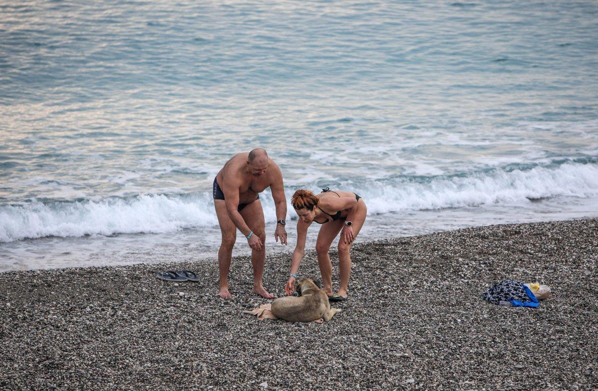 Antalya da kısıtlamadan muaf turistler denize girdi #2