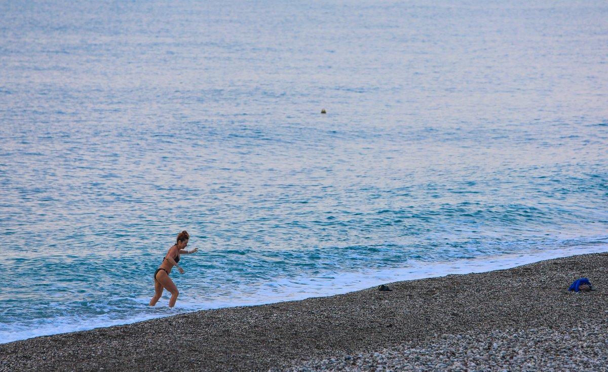 Antalya da kısıtlamadan muaf turistler denize girdi #1
