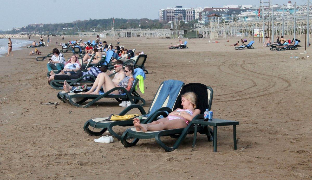 Antalya'da kısıtlamadan muaf turistler denize girdi