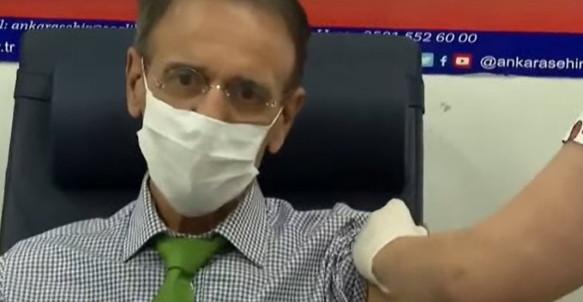 Fahrettin Koca, canlı yayında aşı oldu #3