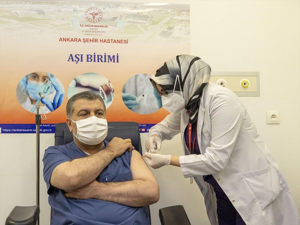 Fahrettin Koca, canlı yayında aşı oldu #1
