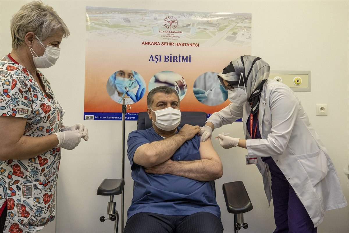 Fahrettin Koca, canlı yayında aşı oldu #2