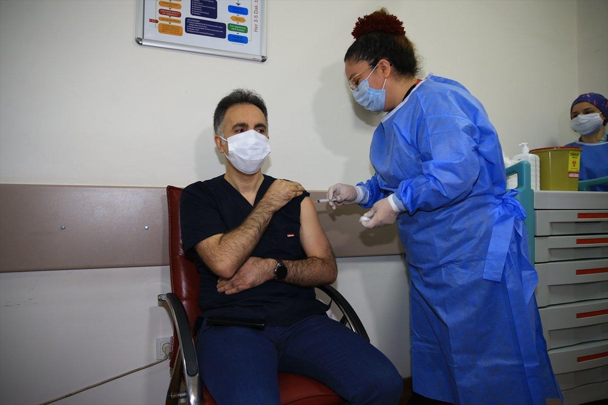 İstanbul da sağlık çalışanları korona aşısı olmaya başladı #3