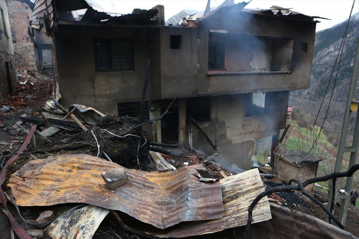 Trabzon da yangınla yok olan mahallede hasar tespiti yapılıyor #23