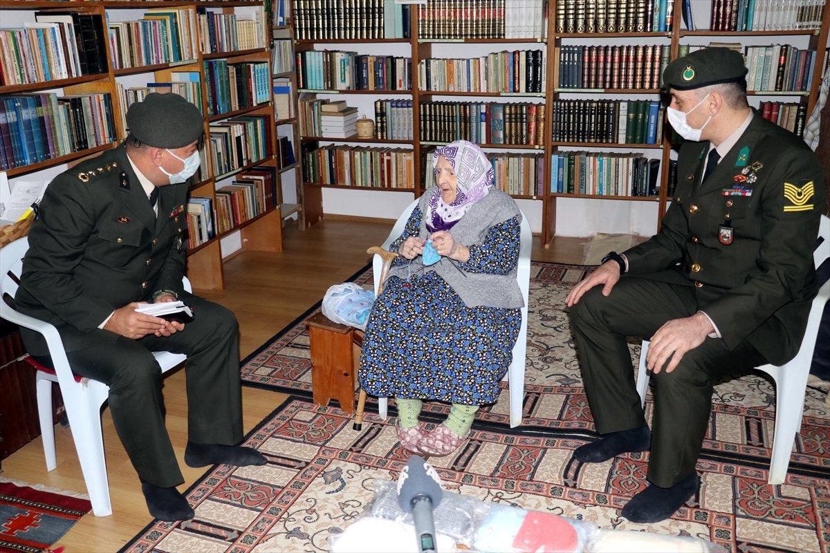 Yalovalı Zeliha Nine, ördüğü çorapları Mehmetçik e gönderdi #2