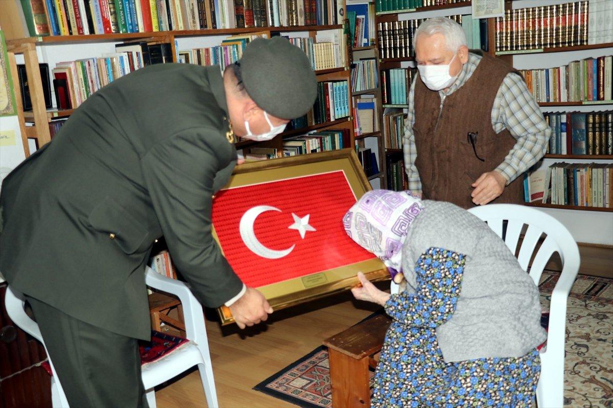 Yalovalı Zeliha Nine, ördüğü çorapları Mehmetçik e gönderdi #1
