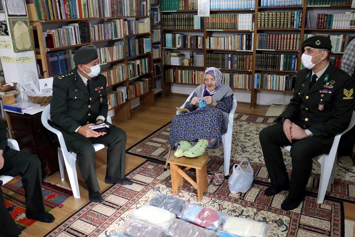 Yalovalı Zeliha Nine, ördüğü çorapları Mehmetçik e gönderdi #3