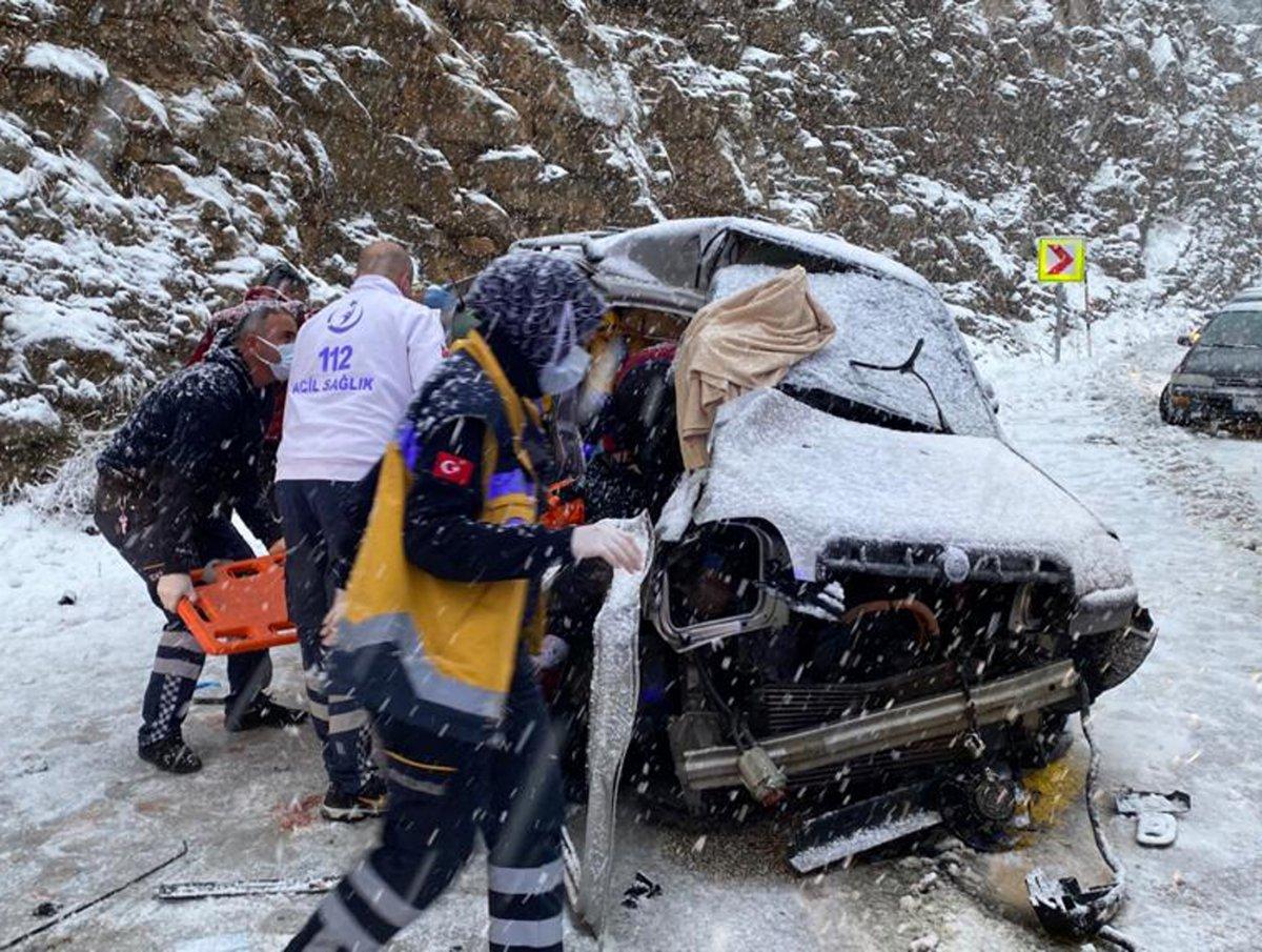 Antalya'da yolcu otobüsü ile ticari araç çarpıştı