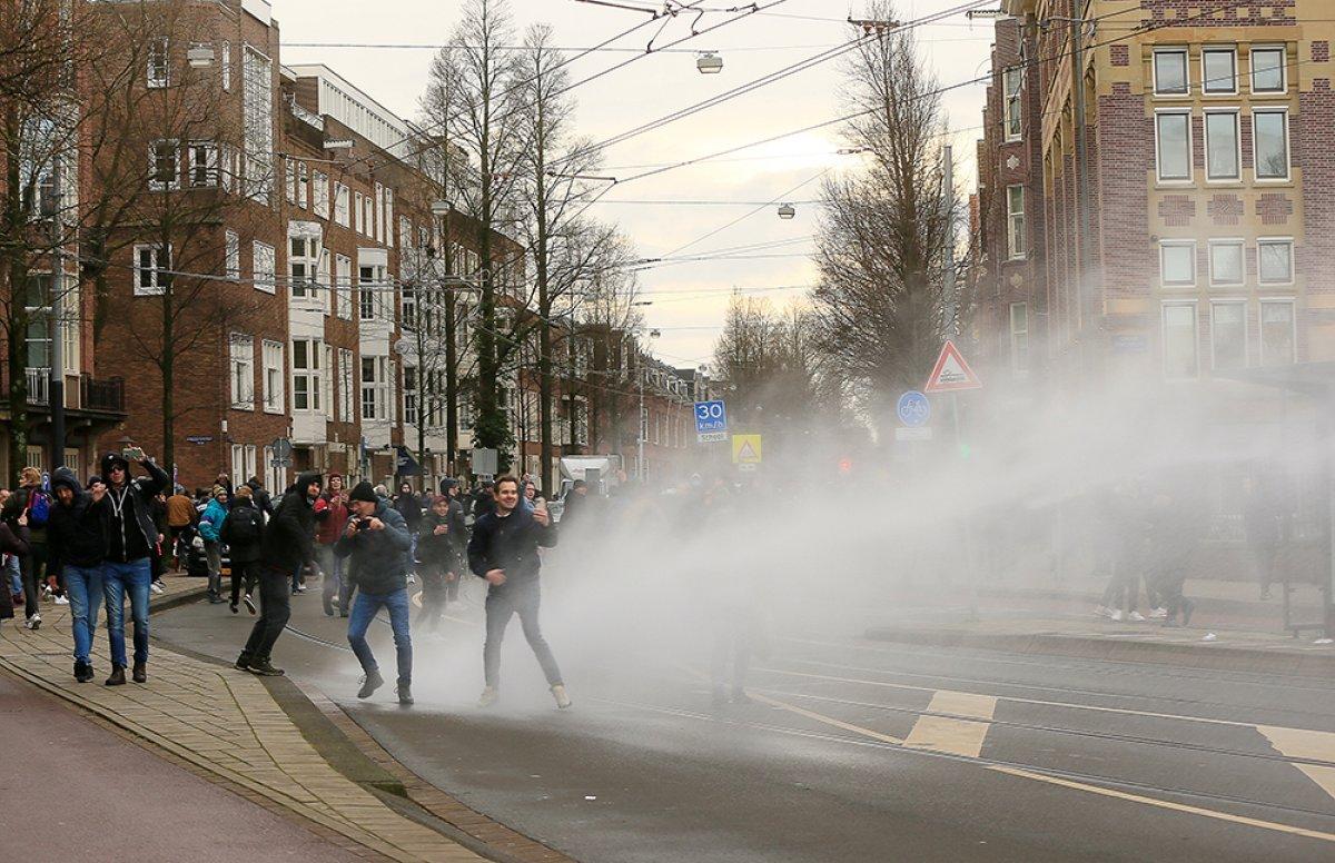 Hollanda da sokağa çıkma kısıtlamasına karşı protestolar devam ediyor #1