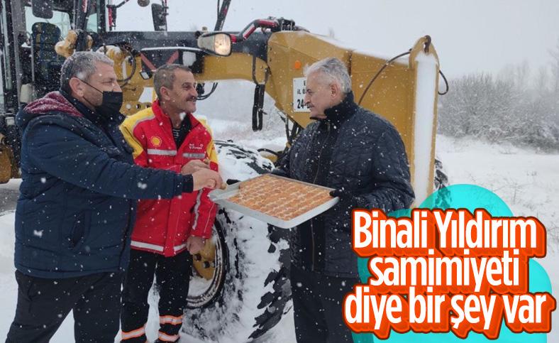 Erzincan'da Binali Yıldırım'dan ekiplere tatlı ikramı