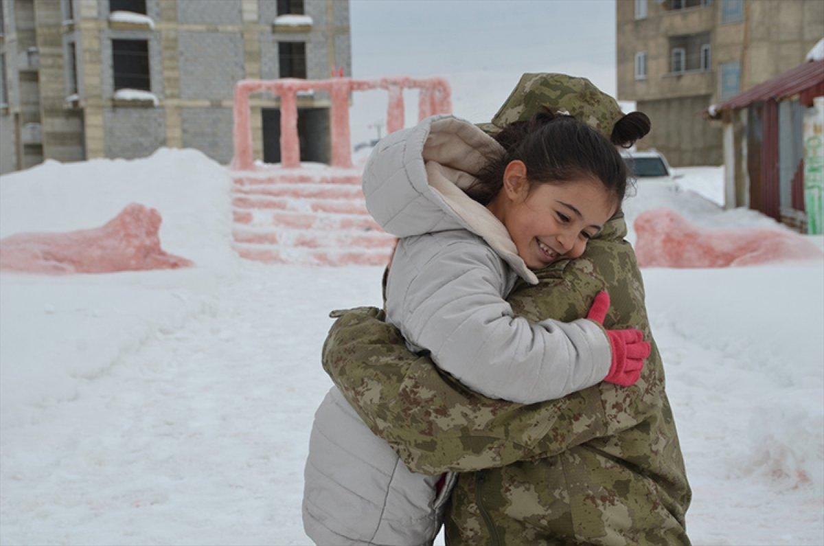 Hulusi Akar, kardan Anıtkabir yapan Hakkarili aileyi Ankara ya davet etti #4