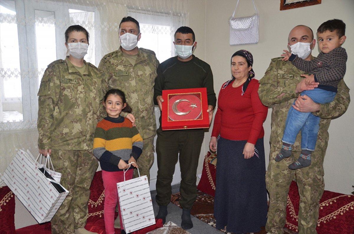 Hulusi Akar, kardan Anıtkabir yapan Hakkarili aileyi Ankara ya davet etti #3