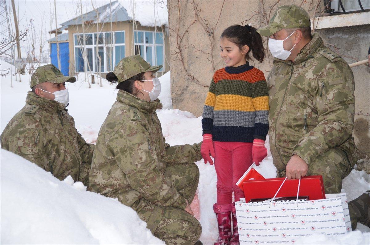 Hulusi Akar, kardan Anıtkabir yapan Hakkarili aileyi Ankara ya davet etti #1