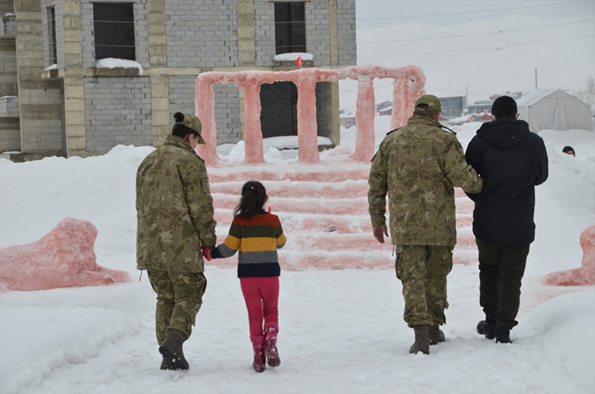 Hulusi Akar, kardan Anıtkabir yapan Hakkarili aileyi Ankara ya davet etti #2