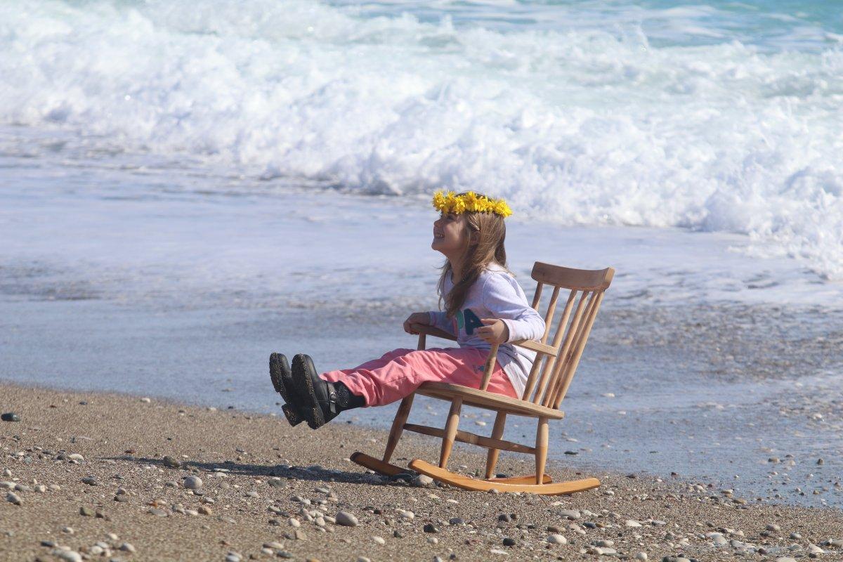 Antalya'da karla kaplı dağların gölgesinde güneşli havanın tadını çıkardı