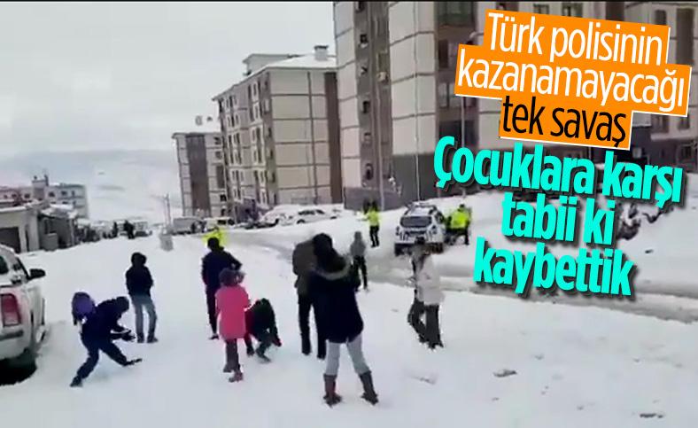 Şırnak polisi ile çocuklar arasında eğlenceli kartopu savaşı