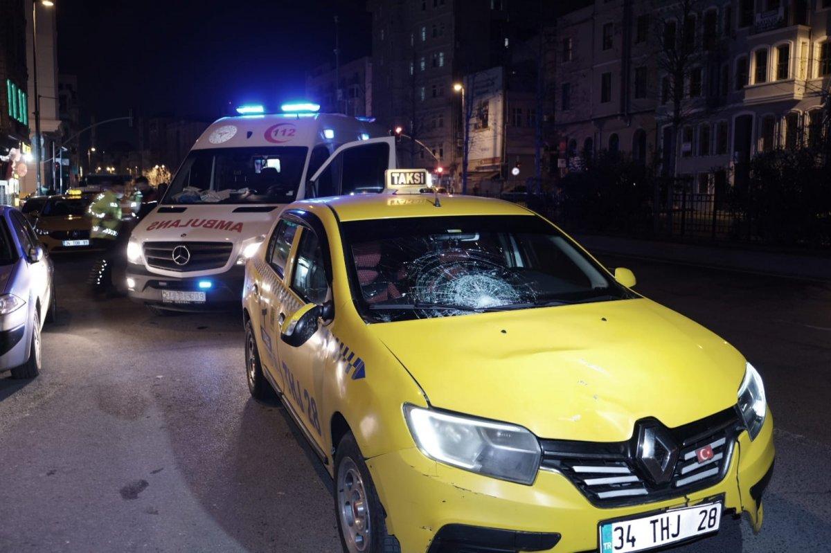 Beyoğlu nda yolun karşısına geçmek isteyen kişiye taksi çarptı #1