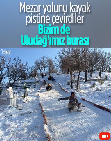 Tokat'ta çocuklar, mezarlık yolunu kayak pistine çevirdi