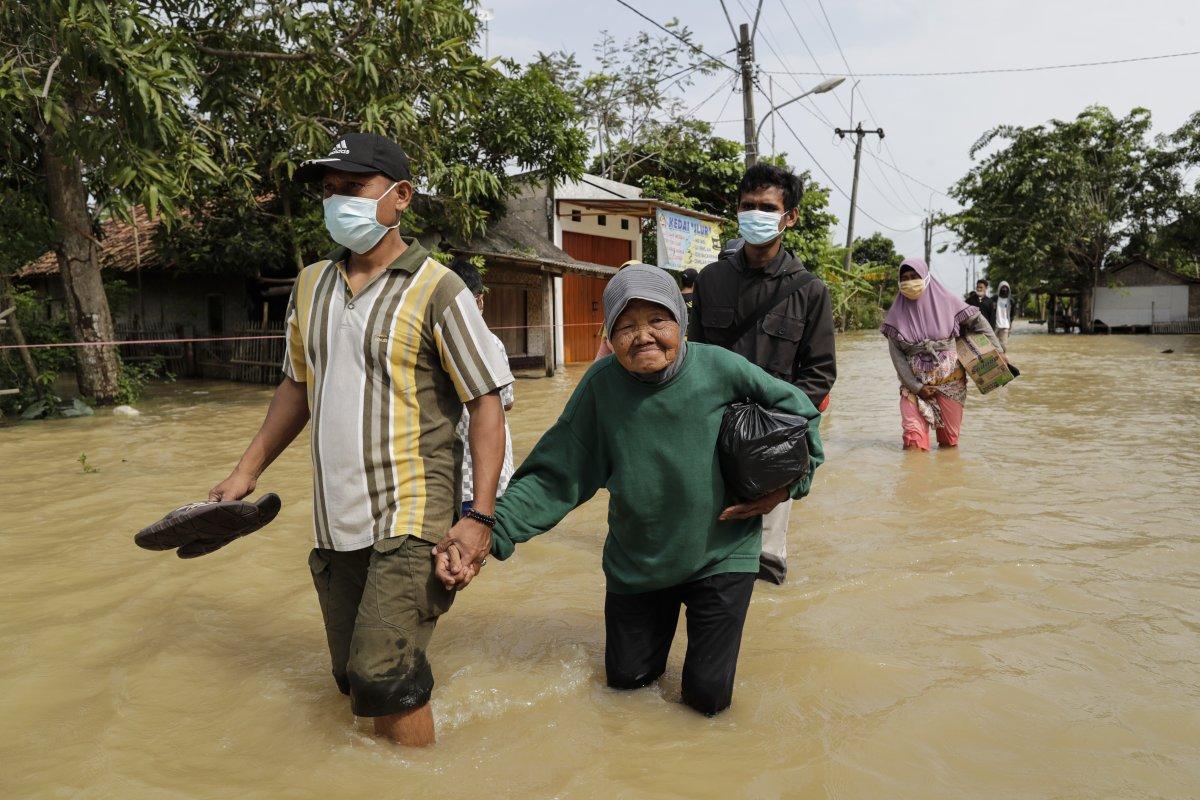 Endonezya da sel felaketi: 4'ü çocuk 5 kişi öldü #4