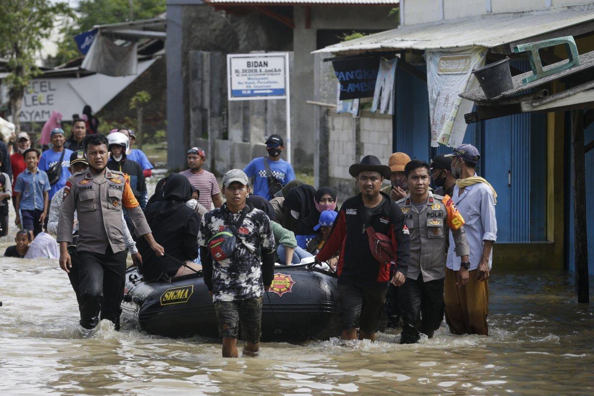 Endonezya da sel felaketi: 4'ü çocuk 5 kişi öldü #1