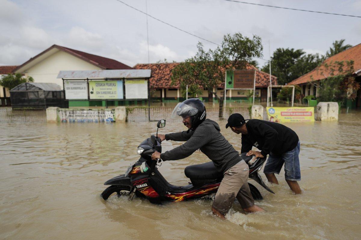 Endonezya da sel felaketi: 4'ü çocuk 5 kişi öldü #2