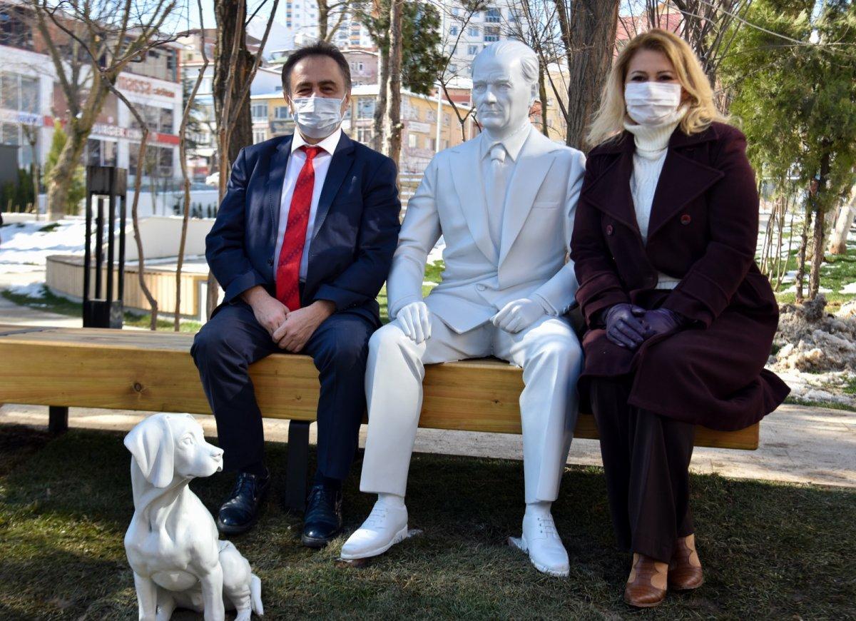 CHP li Bilecik Belediyesi nden Atatürk ve köpeği Foks un heykeli #1