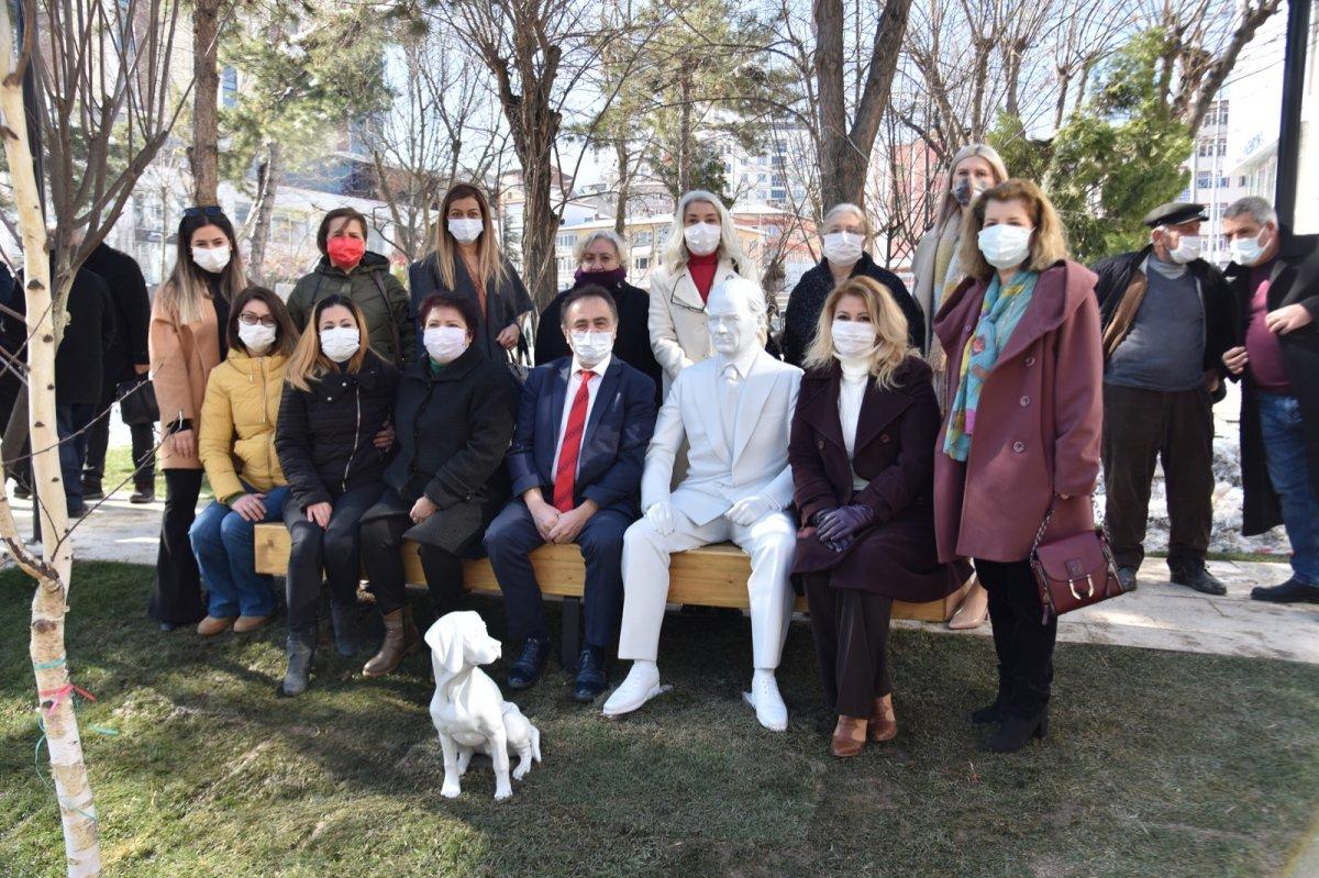 CHP li Bilecik Belediyesi nden Atatürk ve köpeği Foks un heykeli #2