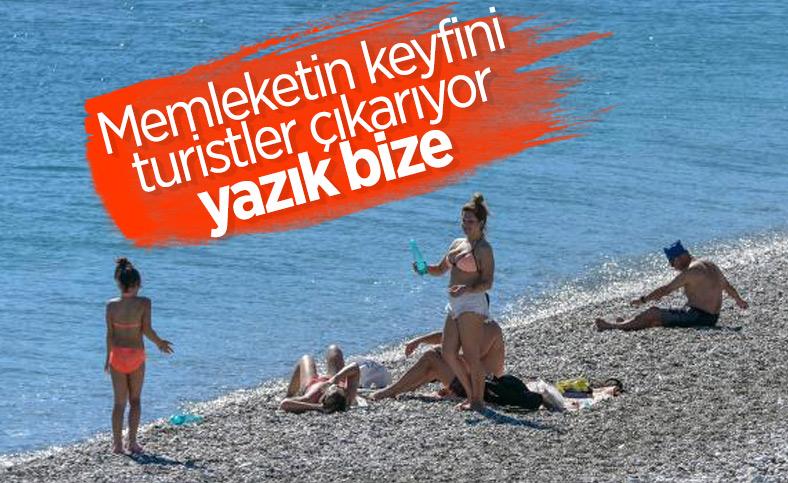 Antalya'da güneşi gören turistler denize koştu