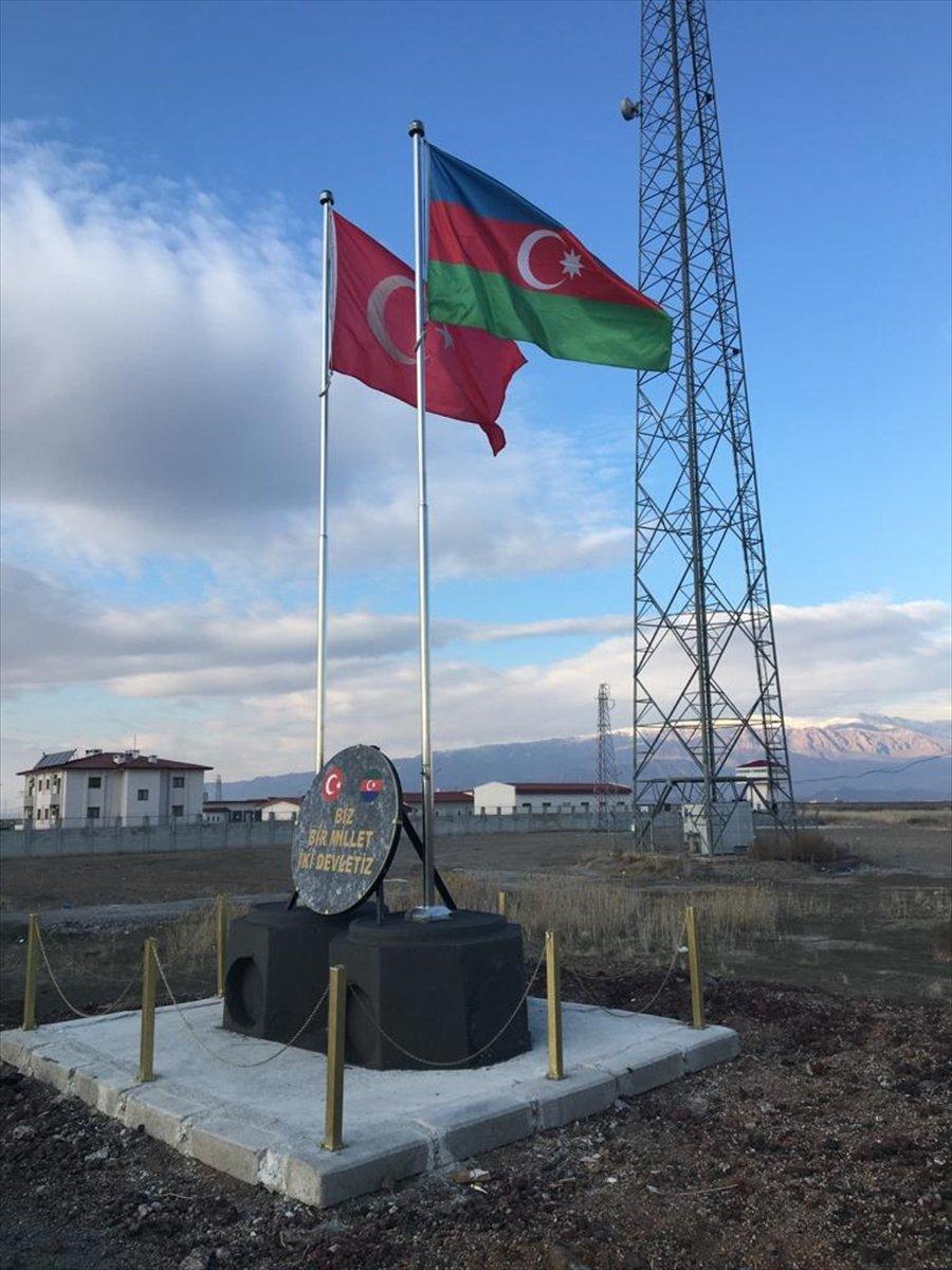 Nahçıvan sınırında Türkiye ve Azerbaycan bayrakları anıtlaştırıldı #1