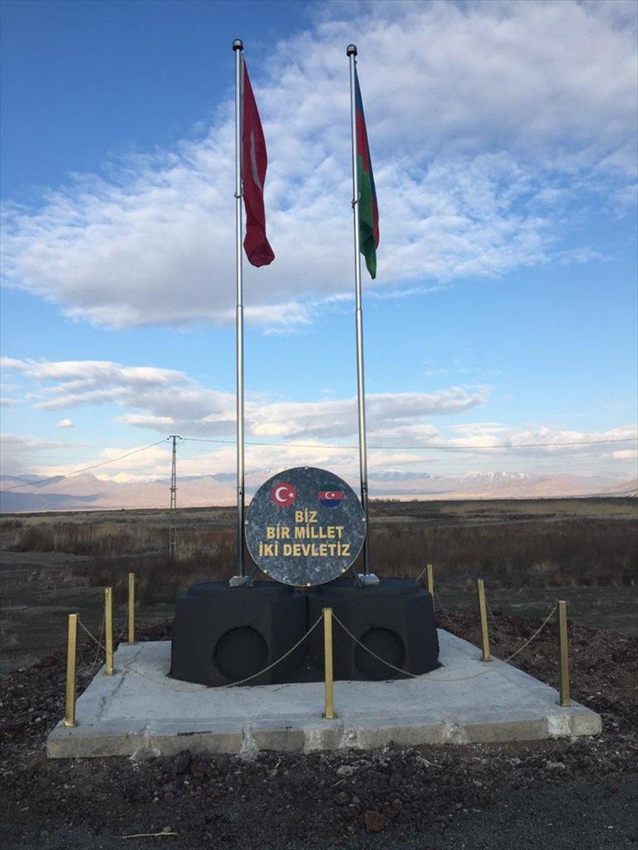 Nahçıvan sınırında Türkiye ve Azerbaycan bayrakları anıtlaştırıldı #2