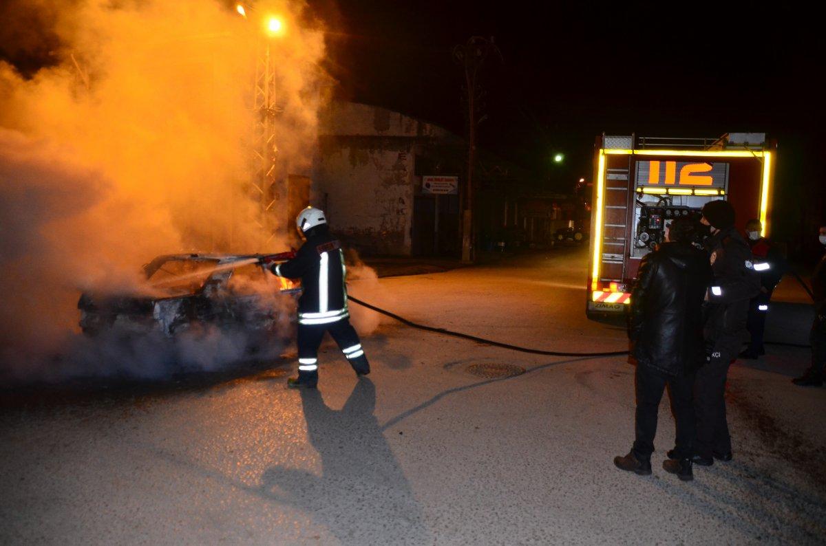 Samsun da arıza yapan aracına sinirlenip ateşe verdi #2