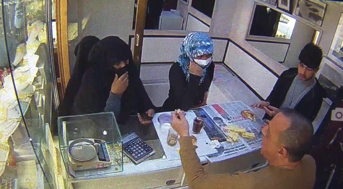 Antalya'da kuyumcudan 80 bin TL değerinde altın bileklik çaldılar