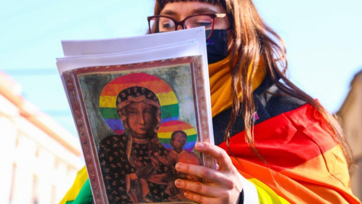 Polonya da Meryem Ana yı LGBTİ sembolüyle tasvir ettiler #2