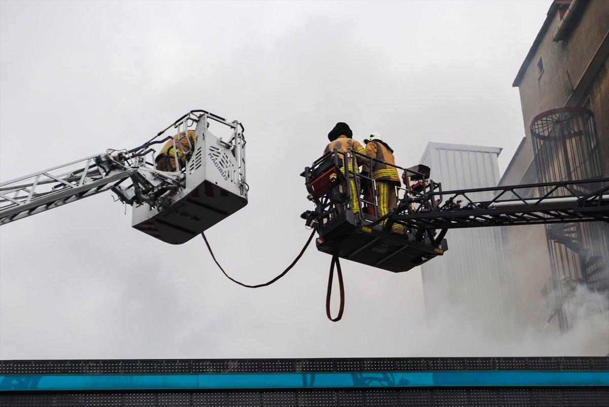 Ataşehir de iki işçi yangından böyle kurtuldu #6