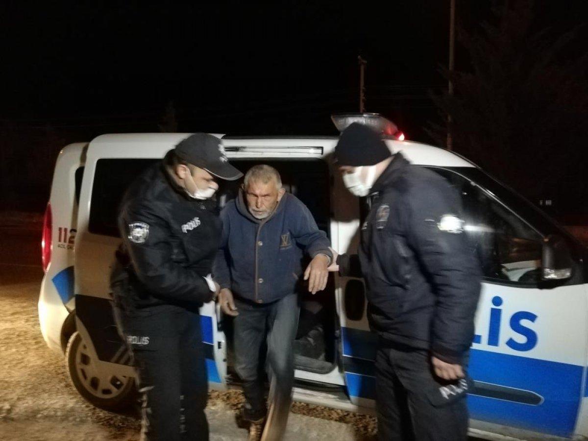 Aksaray'da yolunu kaybeden görme engelli vatandaşı polis evine götürdü #1
