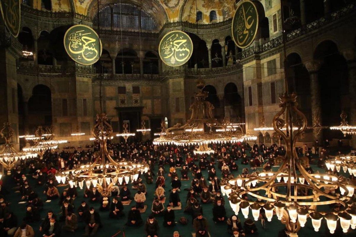Ayasofya Camii nde gençlerin yoğun katılımıyla sabah namazı #1